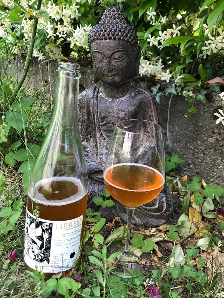 Una bottiglia di Libres! de L'Alezan con calice